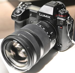 Panasonic-Lumix-S1R-left